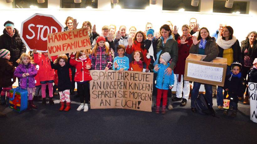 Protest-gegen-zu-hohe-Gebuehren-Eltern-u-6-
