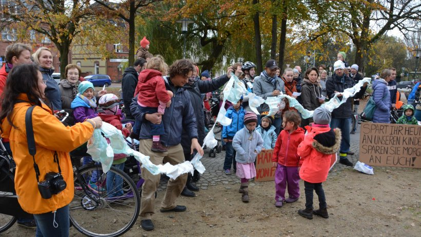 Windel-Flashmob-Wedel-Eltern-protestiern-2-